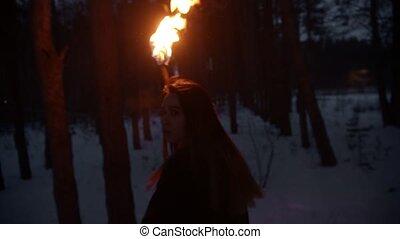 femme, torche, courant, nuit, danger, brûler, jeune, effrayé, forêt