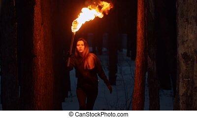 femme, torche, marche, bois, nuit, joli, temps, jeune, tenue