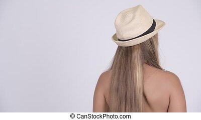 femme, touriste, attente, jeune, bikini, blond, vue postérieure