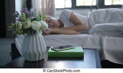 femme, tourner, horloge, mobile, reveil, somnolent, fermé