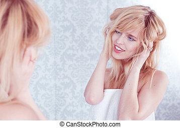 femme, tousling, jeune, cheveux, miroir, sourire