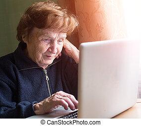 femme, très, ordinateur portable, personnes agées, informatique, chanter, home.
