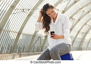 femme, train, téléphone, station, utilisation, intelligent, heureux