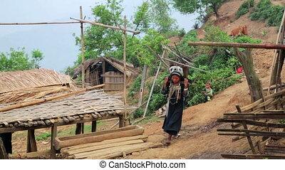femme, tribal, indigène, eau, akha, porter, bambou, indigène, crosse