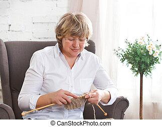 femme, tricot, âge, milieu, spokes, maison portrait