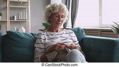 femme, tricot, personne agee, personnes agées, clothes., fait main, heureux