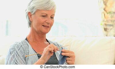 femme, tricot, personnes agées