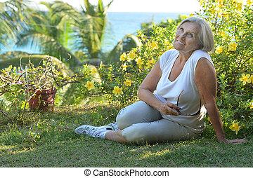 femme tropicale, jardin, personnes agées