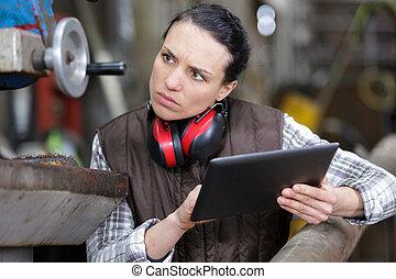 femme, usine, tenue, électronique, tablette