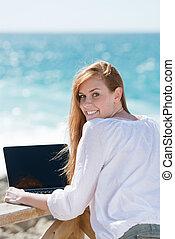 femme, utilisation, a, ordinateur portable, à, les, mer