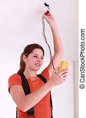 femme, utilisation, a, voltmètre, sur, plafond, electrics