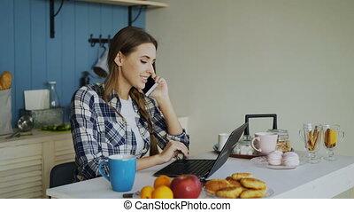 femme, utilisation, conversation, média, ordinateur portable, social, jeune, matin, téléphone, informatique, brouter, pendant, sourire, petit déjeuner