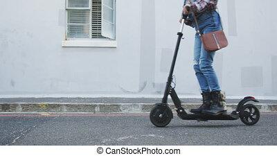 femme, utilisation, mélangé, scooter, électrique, course