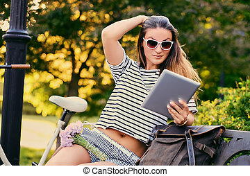 femme, utilisation, pc, park., tablette