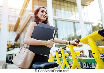 femme, utilisation, solaire, ville, vélo
