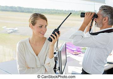 femme, utilisation, sourire, talkie, ingénieur, walkie