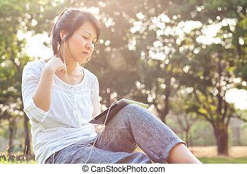 femme, utilisation, tablette numérique, dans parc