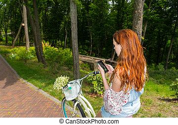 femme, vélo, elle, séance, parc, jeune, téléphone, utilisation