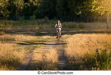femme, vélo, pré, loin, jeune, équitation