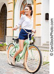 femme, vélo voyageant, explorer, jeune, places., sourire, séduisant, vendange, regarder, nouveau