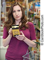 femme, vérification, étiquetage, sur, boîte, dans, supermarché