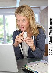 femme, vérification, médecine, prescription, sur, internet