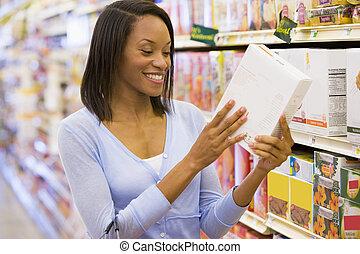 femme, vérification, nourriture, étiquetage, dans, supermarché