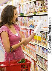 femme, vérification, nourriture, étiquetage