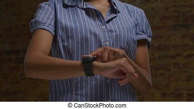 femme, vérification, smartwatch