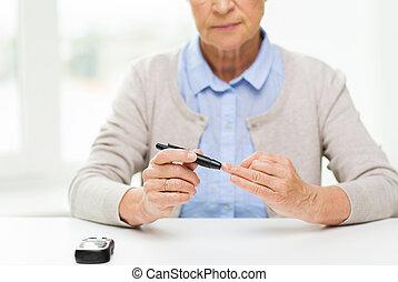 femme, vérification, sucre, sanguine, personne agee, glucometer