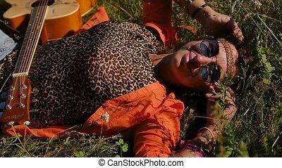 femme, -, vacances, été, sourire heureux, vacances, concept, mensonges, lunettes soleil, gens, nature, field., herbe