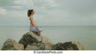 femme, ventre, seashore., pregnant, caresser