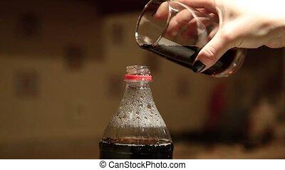 femme, verse, boisson, main postérieure, bouteille