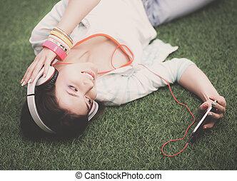 femme, vert, écoute, musique, herbe, mensonge