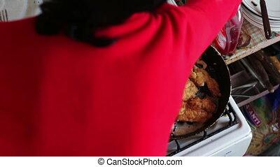 femme, viande, côtelettes, roasts, cuisinier, maison, poêlon, cuisine