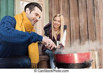 femme, viande, porche, boisson, grillade, jeune regarder, chaud, sourire heureux, homme