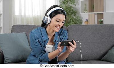 femme, vidéos, regarder, téléphone, intelligent, heureux