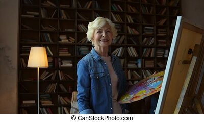 femme, vieilli, enchanté, maison, apprécier, dessin