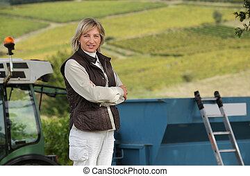 femme, vieux, 45, vignes, années, devant, tracteur