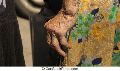 femme, vieux, béquille, main