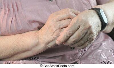 femme, vieux, bracelet, traqueur, fitness, utilisation
