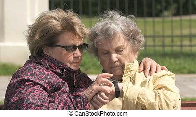 femme, vieux, bracelet, traqueur, regarde, fitness