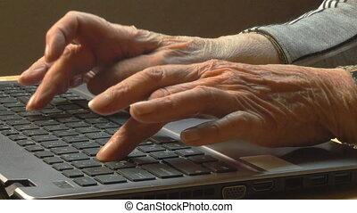 femme, vieux, clavier, ordinateur portable, mains, dactylographie