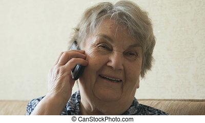 femme, vieux, conversation, téléphone portable, smartphone