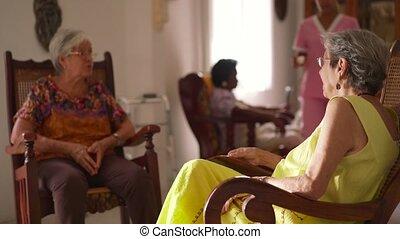 femme, vieux, eau, hospice, servir, médecine, infirmière, pilule