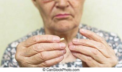 femme, vieux, haut, figure, fin, pilules, boissons
