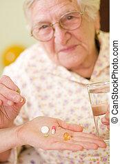 femme, vieux, médicaments