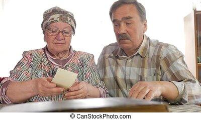 femme, vieux, moustache, couple, épouse, personnes agées, regarder, photos, maison, parler., homme, leur, lunettes