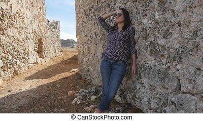 femme, vieux, mur, textured, jeune, penchant