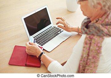 femme, vieux, ordinateur portable, vide, utilisation, écran